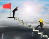 Euro de transport d'homme d'affaires sur des escaliers d'argent avec des autres cris, Images stock