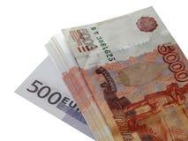Euro dei soldi con un pacco di 5000 rubli Immagini Stock