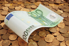 Euro delle banconote sulle monete Fotografia Stock