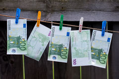Euro der Banknoten 100, der an einer Wäscheleine hängt Stockfoto