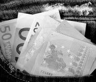 Euro in der Jeanstasche in der einfarbigen Farbe Stockbilder