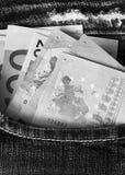 Euro in der Jeanstasche in der einfarbigen Farbe Stockfotos