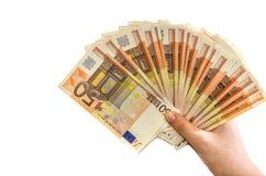 Euro 50 in der weiblichen Hand auf weißem Hintergrund lizenzfreie stockfotos