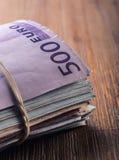 Euro devise encaissez l'euro corde de note d'argent de l'orientation cent des euro cinq Plan rapproché d'euro billets de banque r Images libres de droits
