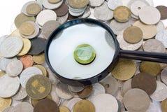 Euro die door oude Europese muntstukken wordt omringd stock foto's