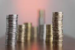 Euro die muntstukken met rode gloed worden gestapeld Stock Afbeelding