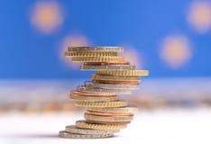 Euro die muntstukken op elkaar in verschillende posities worden gestapeld stock afbeeldingen