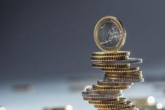 Euro die muntstukken op elkaar in verschillende posities worden gestapeld Close-up Europees geld en munt stock afbeeldingen