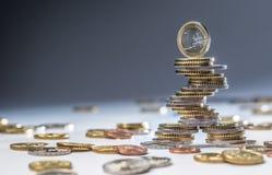 Euro die muntstukken op elkaar in verschillende posities worden gestapeld Close-up Europees geld en munt stock fotografie