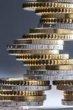 Euro die muntstukken op elkaar in verschillende posities worden gestapeld Close-up Europees geld en munt royalty-vrije stock fotografie