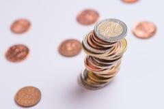 Euro die muntstukken op elkaar in verschillende posities worden gestapeld royalty-vrije stock fotografie