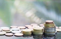 Euro die muntstukken op elkaar in verschillende posities worden gestapeld voor financieel investeringsconcept Stock Afbeelding