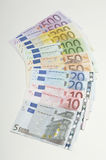 Euro die Nota's over Witte Oppervlakte worden gewaaid stock fotografie