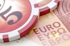Euro diez con las fichas de póker Imágenes de archivo libres de regalías