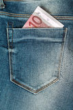 euro diez en el bolsillo de los vaqueros Foto de archivo libre de regalías