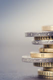 Euro- dinheiro As moedas estão em um fundo branco Moeda de Europa Equilíbrio do dinheiro Fotografia de Stock