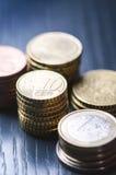 Euro- dinheiro As moedas estão em um fundo escuro Moeda de Europa Equilíbrio do dinheiro Construção das moedas Moedas de diferent Foto de Stock