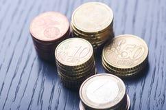 Euro- dinheiro As moedas estão em um fundo escuro Moeda de Europa Equilíbrio do dinheiro Construção das moedas Moedas de diferent Fotografia de Stock