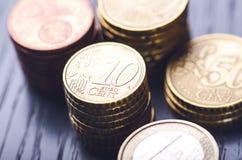Euro- dinheiro As moedas estão em um fundo escuro Moeda de Europa Equilíbrio do dinheiro Construção das moedas Moedas de diferent Imagem de Stock