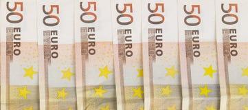 Euro- dinheiro europeu alinhado das cédulas 50 no fundo branco Foto de Stock Royalty Free