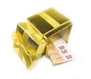 Euro- dinheiro na caixa de presente dourada Fotografia de Stock