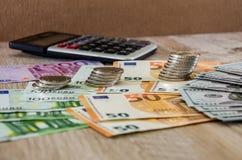 Euro, dolary, centy i kalkulator, rozprzestrzeniamy za drewnianym tle dalej zdjęcie royalty free