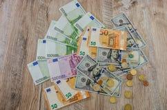 Euro, dolary, centy rozprzestrzenia za drewnianym tle dalej fotografia royalty free