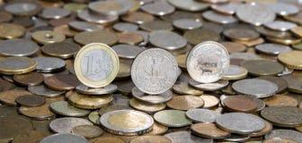 Euro, Dollar und Freivermerk auf Hintergrund vieler alten Münzen Stockfotos