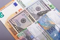 euro 100 50 dollari, fondo di gray del franco svizzero Fotografie Stock Libere da Diritti