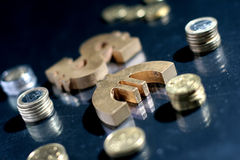 Euro e símbolo e moedas do dólar. Fotos de Stock Royalty Free