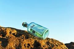 100 euro in een fles op het strand Stock Foto