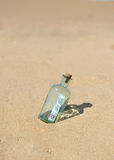 100 euro in een fles op het zand Royalty-vrije Stock Foto