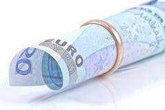 Euro in een gouden trouwring wordt doen ineenstorten die Stock Foto's