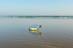 euro 50 em uma garrafa na praia Fotos de Stock Royalty Free