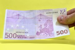 500 euro em uma mão A conta de 500 euro fora da circulação imagens de stock royalty free