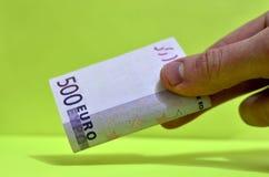 500 euro em uma mão A conta de 500 euro fora da circulação fotografia de stock royalty free