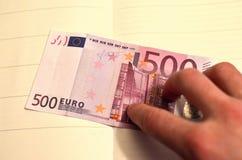 500 euro em uma mão A conta de 500 euro fora da circulação imagens de stock