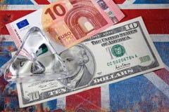 Euro en Amerikaanse dollar op Britse vlag stock foto's