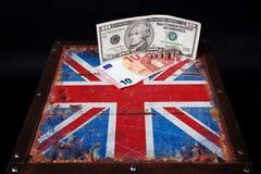 Euro en Amerikaanse dollar op Britse vlag stock fotografie