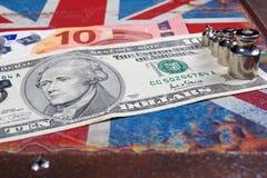 Euro en Amerikaanse dollar op Britse vlag stock afbeeldingen