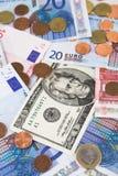 Euro en de rekeningen en de muntstukken van de Dollar Royalty-vrije Stock Afbeeldingen