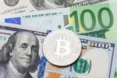 Euro en dollarachtergrond, zilveren bitcoinmunt Royalty-vrije Stock Foto