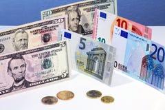 Euro en dollarbankbiljetten en muntstukken Stock Foto
