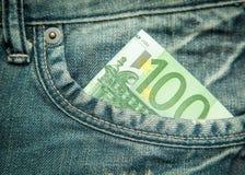 euro 100 en el bolsillo de vaqueros Imágenes de archivo libres de regalías