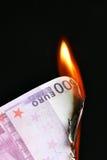 Euro en el fuego Fotos de archivo libres de regalías