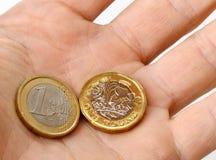 Euro en pondmuntstukken in palm van hand Royalty-vrije Stock Afbeelding