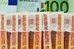 100 euro en 5000 Russische roebels Stock Afbeeldingen