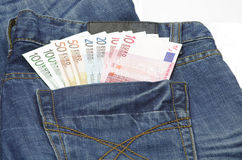Euro en un bolsillo de los pantalones vaqueros Imagen de archivo