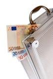 Euro encaissez dedans la valise argentée d'isolement Photos stock