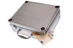 Euro encaissez dedans la valise argentée d'isolement Images stock